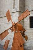 Eine kleine hölzerne Mühle für eine Dekoration eines Gartens Stockfotos