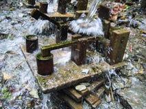 Eine kleine Hammermühle, gefahren durch Wasserkraft Lizenzfreies Stockfoto