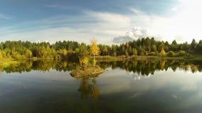 Eine kleine Insel auf dem See Feenhafter See Goldener Herbst stock video