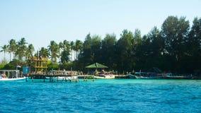 Eine kleine Insel mit traditionellem Porthafen mit grünem Baum an hinten lizenzfreie stockfotografie