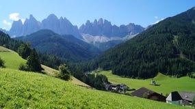 Eine kleine Kirche im Hintergrund der Dolomit lizenzfreie stockfotos