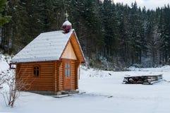 Eine kleine Kirche im Wald Stockfotografie