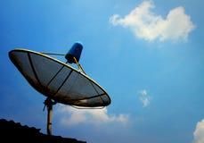 Eine kleine schwarze Satellitenschüssel auf Dach Lizenzfreies Stockfoto