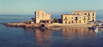 Eine kleine Stadt Sant Elia in der Küste von Sizilien. Stockbilder