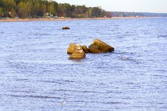 Eine kleine Steinkante auf dem Wasser Stockfoto