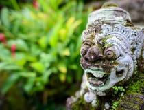 Eine kleine Tempelwächterstatue in Bali 2 Stockfotos