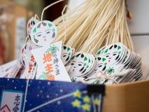 Eine kleine traditionelle Puppe hergestellt vom Weißbuch in kiyomizu Tempel Lizenzfreie Stockfotos
