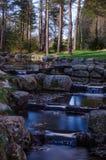 Eine kleine Wasserfallkaskade im norwegischen Nationalpark stockfotografie