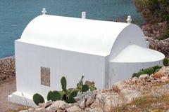 Eine kleine weiße Kirche auf der Insel von Halki Lizenzfreie Stockfotografie
