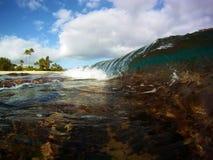 Eine kleine Welle, die auf flachem Riff bricht lizenzfreies stockbild