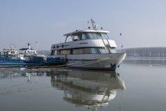 Eine kleine Yacht koppelte auf der Donau-Promenade an lizenzfreie stockfotografie