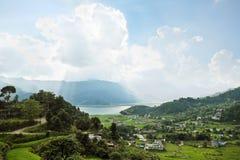 Eine Kleinstadt in einem sehr grünen Tal stockfotografie