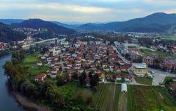 Eine Kleinstadt in Mittel-Bosnien von der Luft lizenzfreies stockfoto