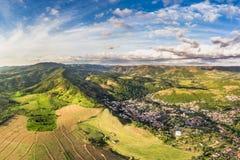 Eine Kleinstadt umfasst durch die Berge stockbild