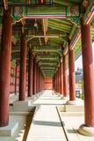 Eine Kolonnade beim Gyeongbok Royal Palace, das Wiederholung zeigt stockfotos