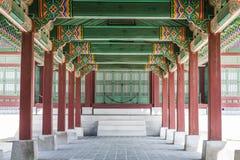 Eine Kolonnade beim Gyeongbok Royal Palace, das Wiederholung zeigt stockbilder