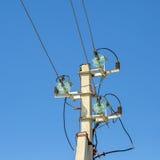 Eine konkrete Säule mit den örtlich festgelegten Drähten elektrisch stockfoto