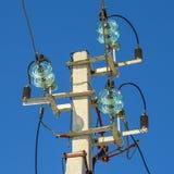Eine konkrete Säule mit den örtlich festgelegten Drähten elektrisch stockfotografie