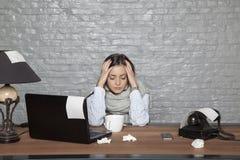 Eine kranke Geschäftsfrau hat Kopfschmerzen von einer Kälte stockbild