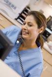 Eine Krankenschwester am Telefon stockfotografie