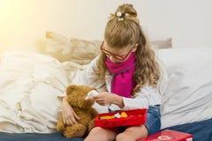 Eine krankes Kindersprühmedizin in der Nase seins stockbild