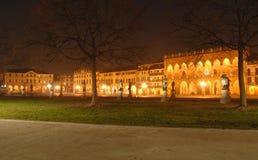 Eine Krone von beleuchteten Gebäuden Stockfoto