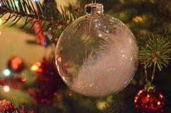 Eine Kugel auf dem Weihnachtsbaum Lizenzfreies Stockbild