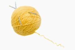 Eine Kugel des gelben Garns Lizenzfreie Stockbilder