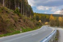 Eine kurvenreiche Straße durch den Nationalpark Harz, Niedersachsen, Deutschland stockbild