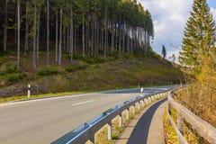 Eine kurvenreiche Straße durch den Nationalpark Harz, Niedersachsen, Ger lizenzfreie stockfotos