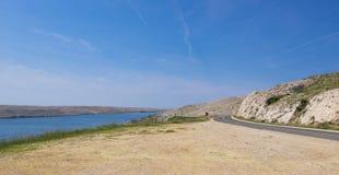 Eine kurvenreiche Straße entlang dem Meer auf der Felseninsel stockfotos