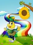 Eine lächelnde Biene, die einen Topf Honig am Gipfel mit einem Regen trägt Lizenzfreie Stockfotografie