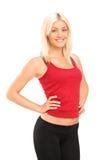 Eine lächelnde blonde weibliche Athletenaufstellung Lizenzfreies Stockfoto