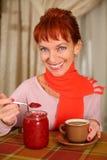 Eine lächelnde Frau, die eine Tasse Tee anhält Lizenzfreie Stockbilder