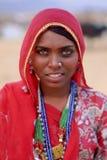 Eine lächelnde indische Frau ehrlich gekleidet in traditioneller Rajasthani-Kleidung an Pushkar-Kamel, Nord- West-Indien lizenzfreies stockfoto