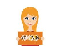 Eine lächelnde junge kaukasische Frau, die eine gewinnende Lotterie hält stockfotografie
