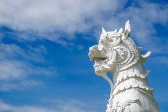 Eine Löwestatue im thailändischen Tempel Stockbilder