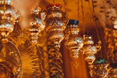 Eine Lampe in der orthodoxen Kirche Stockfotos