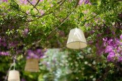Eine Lampe, die über Café des Sommers im Freien hängt Lizenzfreies Stockfoto