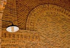 Eine Lampe in einem Ziegelsteingebäude Stockbild