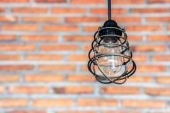 Eine Lampe mit Wand des roten Backsteins Lizenzfreie Stockfotos