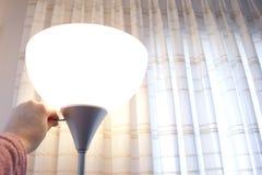 Eine Lampe zu Hause einschalten stockbild