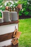 Eine Landhausstilanzeige von Töpfen u. von Platten Stockbilder