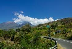 Eine Landschaft von Lewotobi-Berg, Zwillinge Vulkan, Straßenweg und Motorrad von Larantuka, Ost-Nusa Tenggara, Indonesien stockfotos
