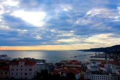 Eine Landschaft von Triest-Stadt in Italien mit See- und Hafenansicht an a Lizenzfreie Stockfotos