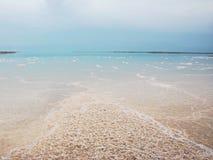 Eine Landschaftsansicht des Toten Meers während der Sommerzeit stockbild