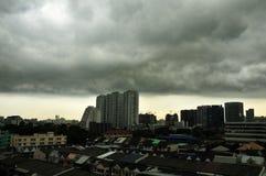 Eine Landschaftsbeschaffenheit der Regenwolken mit Gebäude in der Stadt Stockfoto