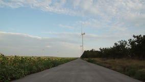 Eine Landschotterstraße, die zu großen Wind führt stock video