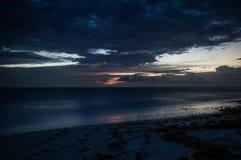 Eine lange Belichtung des Meeres an der blauen Stunde lizenzfreies stockbild