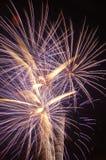 Eine lange Belichtung eines explodierenden Feuerwerks Lizenzfreie Stockbilder